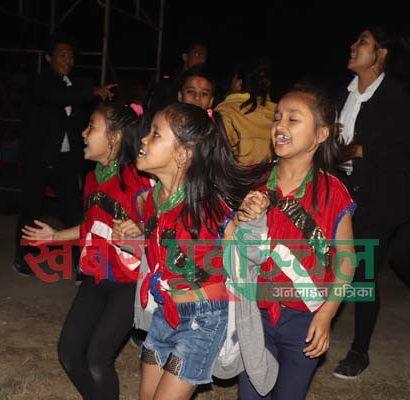 विराटनगरमा जारी विराट एक्स्पोमा आज शनिबार भएको साँगितीक कार्यक्रममा मिना निरौलाको गितमा नृत्य गर्दै वालीकाहरु । तस्वीर : पुष्पराज थपलिया