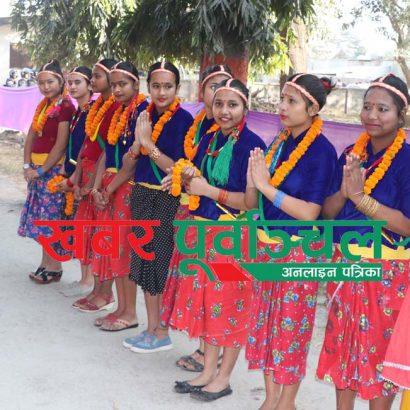 मोरङ क्याम्पसको प्रवेशद्वारमा राष्ट्रपति विद्यादेवि भण्डारीलाई स्वागतकालागि तयारी अवस्थामा रहेका नौ कन्या । तस्वीर : पुष्पराज थपलिया