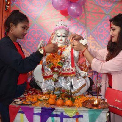 विराटनगर ९ मा रहेको सरस्वती माध्यामिक विद्यालयमा सरस्वती पुजाको अवसरमा स्कूलमा अध्ययनरत छात्राले विद्याकी देवी सरस्वतीको पुजा गर्दै ।