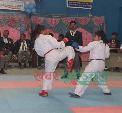 विराटनगरमा जारी प्रदेश स्तरीय कराते प्रतियोगितामा प्रतिस्पर्धा गर्दै सोलु(रातो) र संखुवासभा (निलो)का खेलाडि । तस्वीर : पुष्पराज थपलिया