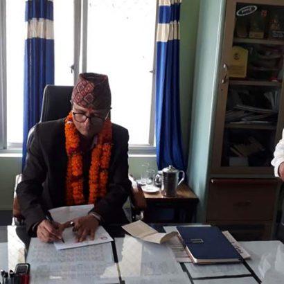 आन्तरिक राजश्व कार्यालय विराटनगरका प्रमुख कर अधिकृत पदमा विमल सापकोटा पद वहाल ग्रहण गर्दै । तस्वीर : अविनाश निधि